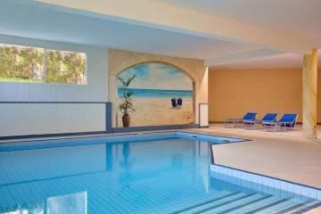 Votre hôtel avec piscines intérieure et extérieure à Fournels